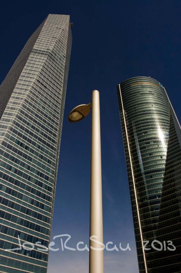 Fotografía Realizada En Madrid, Torre de Cristal, Farola y Torre Espacio.